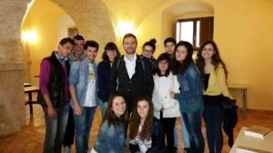 Lo scrittore Aceto con un gruppo di ragazzi a Casacalenda