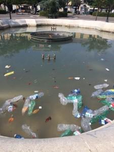 La fontana di Piazza Municipio e le tante bottiglie gettate dentro dagli incivili giovani studenti di alcune scuole di Campobasso