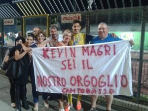 Kevin Magri festeggia con la sua famiglia lo scudetto appena conquistato