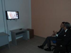 Fratianni e Frattura guardano, in anteprima, uno dei video che saranno proiettati durante la mostra
