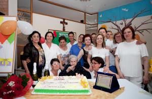 Foto di gruppo per i 100 anni di nonna Carmela