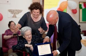 Il sindaco Battista consegna una targa a Carmela Caporicci
