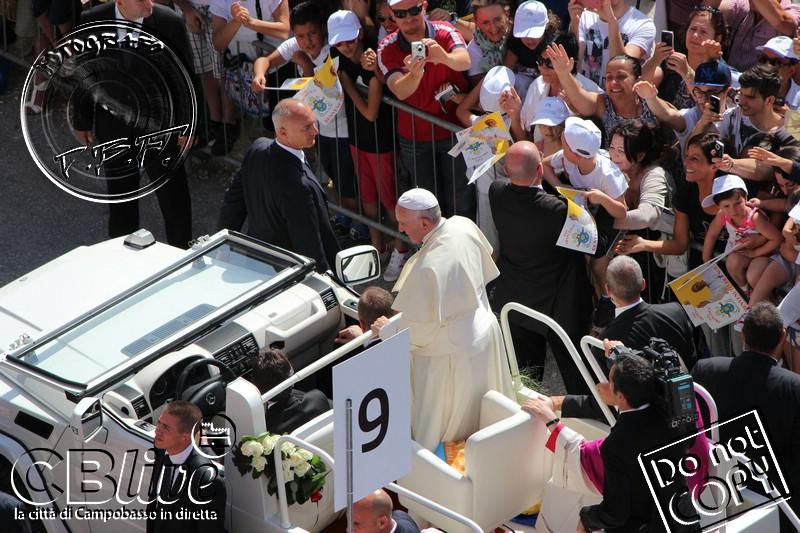 Photo of Papa Francesco non dimentica il Molise anche nei fatti e fa una cospicua donazione per la mensa dei poveri. A svelarlo il vescovo Bregantini durante la Messa in onore del Santo Padre (Guarda la fotogallery di Fabio Del Balso)