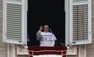 Papa Francesco durante l'Angelus dalla finestra del Palazzo Apostolico