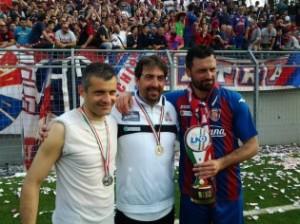 L'allenatore Francesco Farina tra Antonello Corradino, che diventerà suo vice, e il capitano Antonio Minadeo