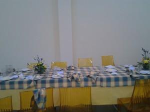 il tavolo dove papa francesco ha consumato il pranzo alla mensa dei poveri