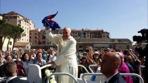 Papa Francesco sventola la maglietta del Campobasso sulla Papa Mobile