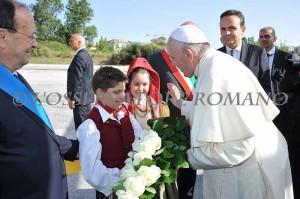 I due bambini, vestiti con gli abiti del gruppo 'La Mantigliana', hanno accolto a Campobasso Papa Francesco
