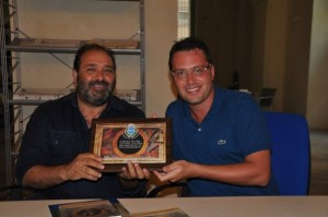 Luca D'Alessandro consegna quadro con la firma del pittore Donato Decumbertino a Cosimo Lupo