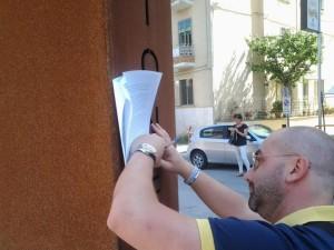 Pasquale Guarracino firma il documento da consegnare all'assessore Michele Petraroia