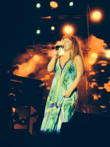Noemi durante il concerto di Bojano