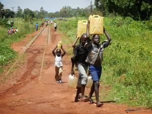 bambini acqua uganda