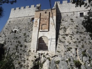 Il Castello Monforte: l'antico ingresso dove c'era il ponte levatoio