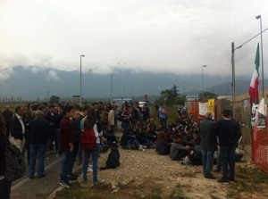 I manifestanti davanti al cantiere a Campochiaro