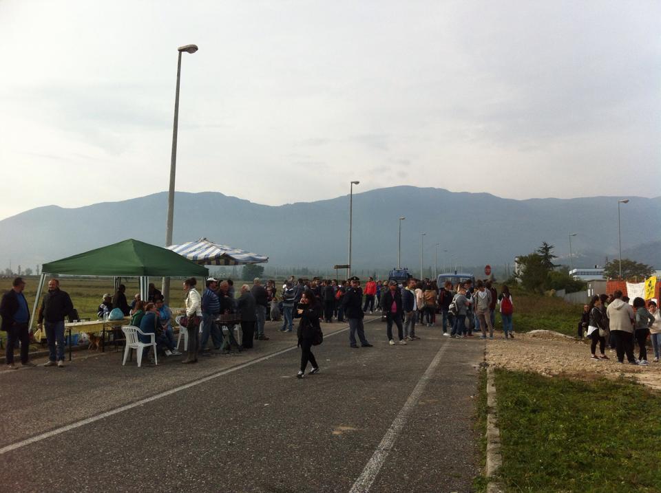 Photo of Biomasse, tensione a Campochiaro: gli operai scortati dalla Polizia per riprendere i lavori. Nel pomeriggio nuovo incontro di sindaci, comitati ed esponenti politici (Guarda foto e video)
