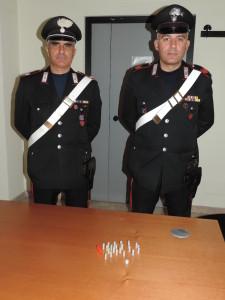 Gli involucri di eroina e cocaina sequestrati dai Carabinieri