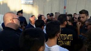 La contestazione dei tifosi del Termoli al presidente Nicola Cesare (www.newslocker.com)