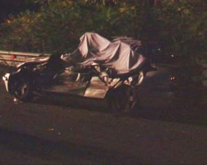 La Mercedes distrutta e coperta da un telo