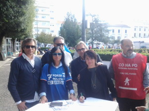 La raccolta firme del sindacato autonomo di Polizia in Piazza Municipio a Campobasso