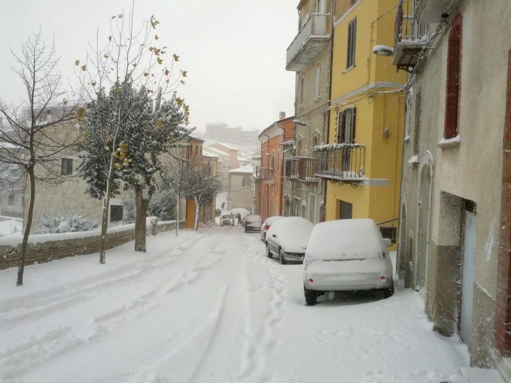 Baranello, una strada difficilmente percorribile a via Roma questa mattina, 30 dicembre