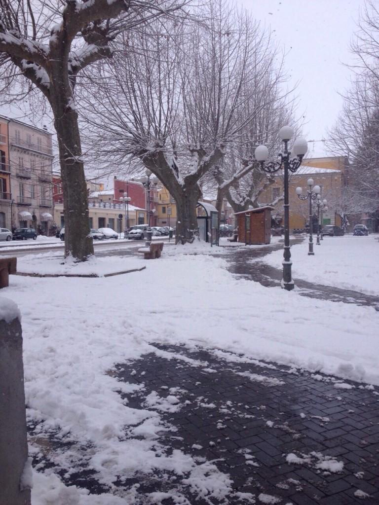 Imbiancata piazza della Vittoria a Bojano