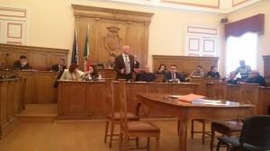 Un intervento del sindaco Antonio Battista durante un Consiglio comunale