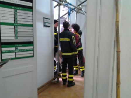 Al secondo piano di palazzo san giorgio i preparativi dei vigili del fuoco