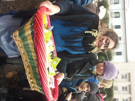 'l'aiutante della Befana' distribuisce caramelle ai bambini