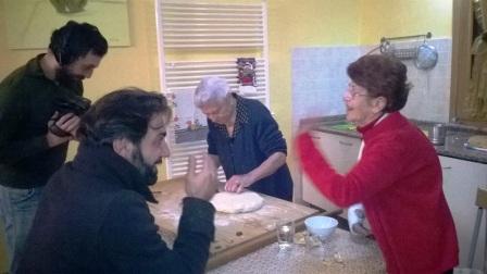 Le due nonnine di Baranello, Clara e Maria, spiegano le ricette a Don Pasta