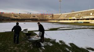 Il campo dello stadio 'Selva Piana' è stato spalato dai tifosi rossoblù