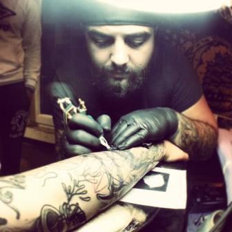 Photo of Storie di giovani/Marco Clemente, il tatuatore che trasforma emozioni effimere in storie indelebili (photogallery)