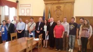 I rappresentanti delle associazioni che cureranno il verde cittadino con il sindaco Battista, l'assessore Salvatore e il consigliere Molinari