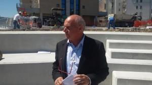 Il sindaco Antonio Battista davanti al cantiere di via Giambattista Vico