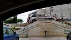 auto sulle scalinate