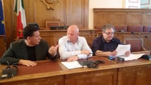 Il sindaco Antonio Battista tra il consigliere comunale Lello Bucci e l'assessore regionale Pierpaolo Nagni