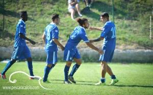 Vittorio Esposito festeggiato dai compagni di squadra