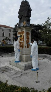 """L'azione di ripulitura della scultura 'L'Albero dei Sogni"""""""