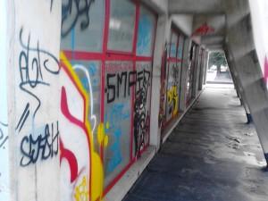 Gli atti vandalici sulla facciata della scuola 'Petrone'