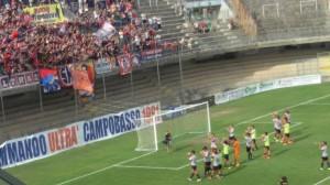 L'abbraccio dei tifosi del Campobasso a fine partita