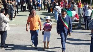L'assessore Salvatore Colagiovanni, a Castelraimondo, con Nunzio Di Lisio e il bambino che ha portato la bandiera della città di Campobasso