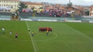 La foto del Campobasso prima dell'inizio della partita. Sullo sfondo i tifosi rossoblù ad Avezzano