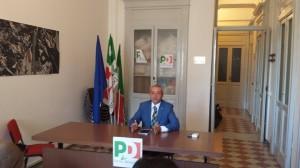 Il senatore Roberto Ruta durante la conferenza stampa nella sede del PD
