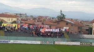 Uno striscione degli Smoked Heads ad Avezzano: 'Ciao Pier', in ricordo di un supporter della Sambenedettese