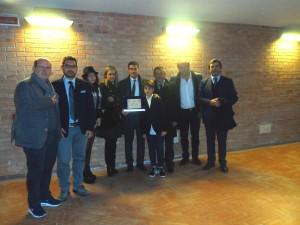 Enrico Sabetta premiato a Napoli: nello scatto insieme a don Riccardo, Formato, Marinaro, Gaia e Luigi Cosco, Colombo e Fatica