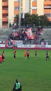 I giocatori del Campobasso salutano i calciatori a fine partita al 'Mancini' di Fano