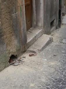 L'abitazione danneggiata a Largo San Leonardo dall'esplosione di un petardo