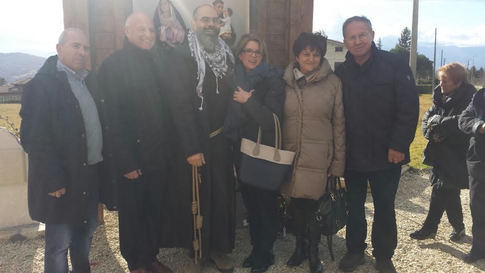 Foto di gruppo davanti all'edicola votiva
