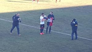 Todino omaggiato con una targa e con la maglia del Campobasso: duecento gare di campionato con i lupi