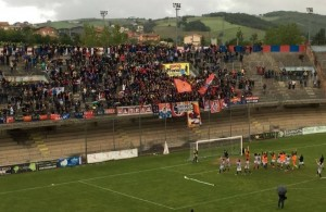 La Curva Nord al termine di Campobasso - Matelica: i calciatori rossoblù condividono la gioia coi tifosi