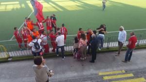 La gioia dei calciatori dell'Fc Molise dopo la vittoria ad Agnone nella partita-promozione